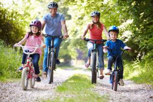 Familia haciendo cicloturismo