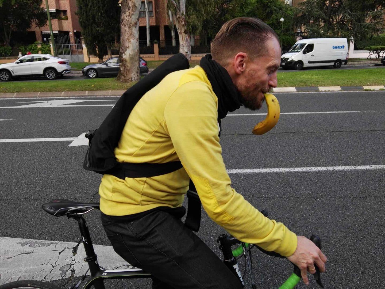 Abril, ciclistas y plátanos mil