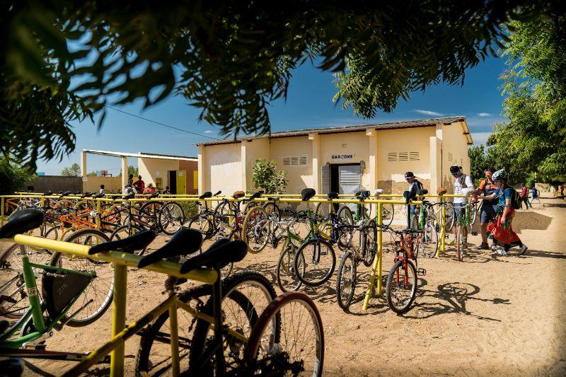 Espacio para bicicletas de los alumnos en un instituto del proyecto de Bicicletas sin Fronteras en Senegal