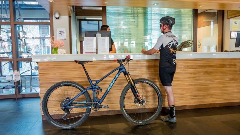 Recepción de un hotel Bikefriendly