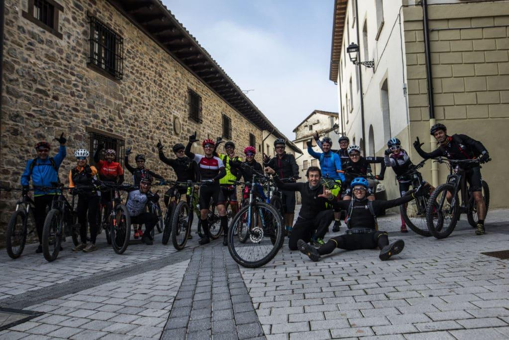 Grupo del viaje en bici Tracks de Irati con PedaEla
