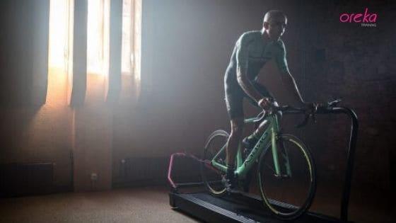 El ciclista Tomi Misser entrena en casa con el rodillo para bicicleta Oreka Training