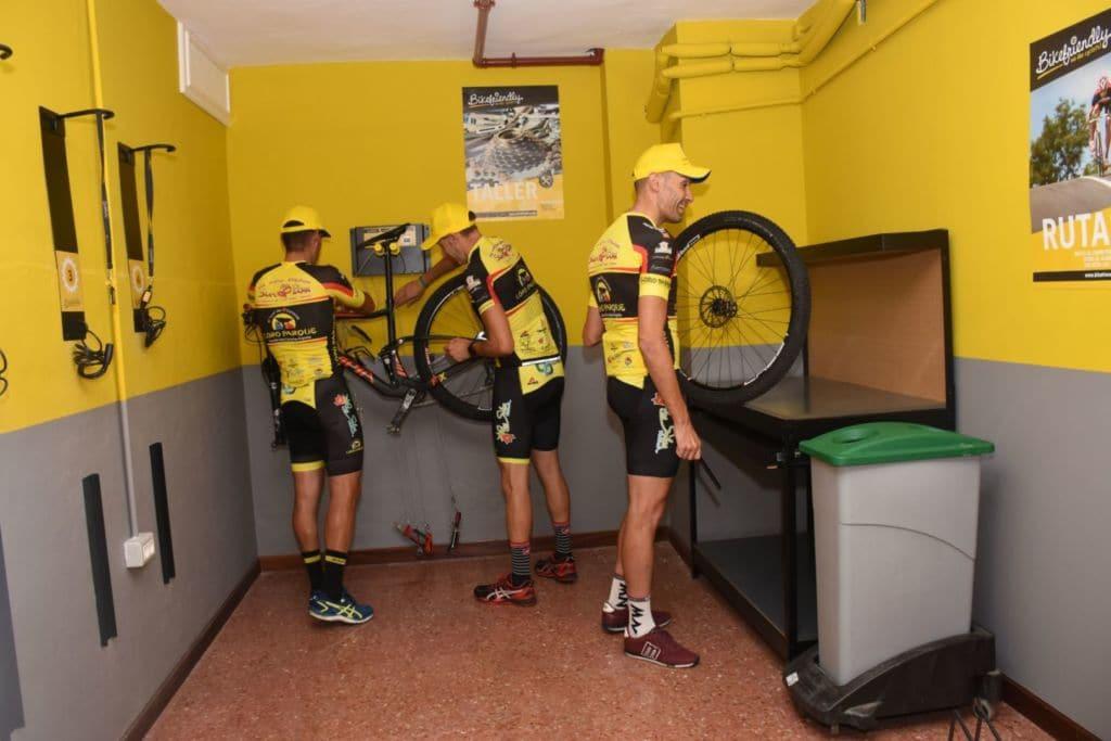 Un taller muy bien equipado permite poner a punto las bicicletas en el Hotel Botánico