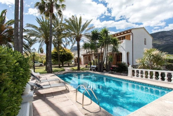 Villa Enri tiene un gran jardín con piscina y jacuzzi