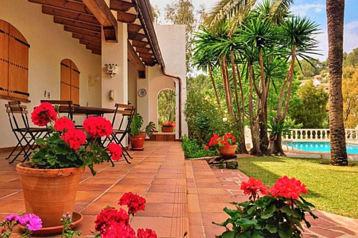 La florida terraza de Villa Enri es perfecta para pasar el rato