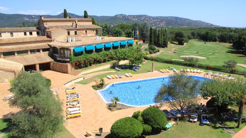 El RV Hotels Golf Costa Brava se encuentra en el centro de un campo de golf